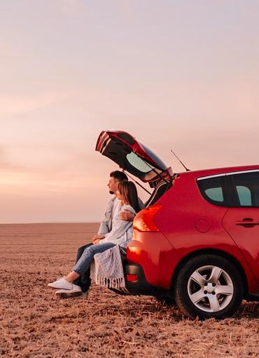 Deux personnes assises à l'arrière d'un véhicule loué