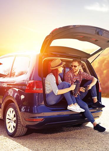 deux personnes assises à l'arrière d'un véhicule